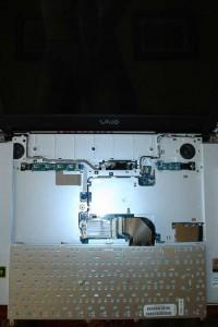 Portatil con el teclado desmontado aún sin desconectar