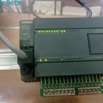 Automata Siemens Simatic S7-200 - con una placa de entradas de ensayo en el autómata