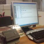 Siemens Simatic S7-200 conectado por el puerto RS-232 a un PC para programarlo.