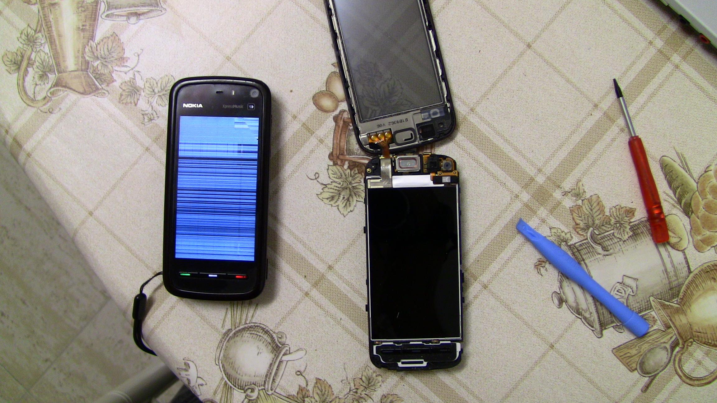 A la derecha mi movil con la pantalla rota, y a la izquierda, el movil con la pantalla bien, con la pantalla tactil retirada